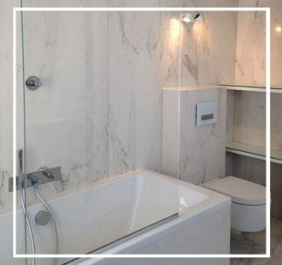 Idée salle de bain - Marbre, prune et gris.